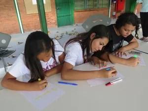 Jovens aproveitam intervalo das aulas para escrever (Foto: Guilherme Lucio/G1)