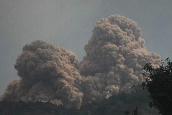 Vulcão Rokatenda expele material neste domingo (11) na ilha indonésia de Palue (Foto: AP)