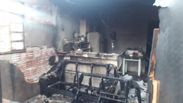 Cômodos da casa pegaram fogo e ficaram danificados em Araçatuba — Foto: Divulgação/RegionalPress