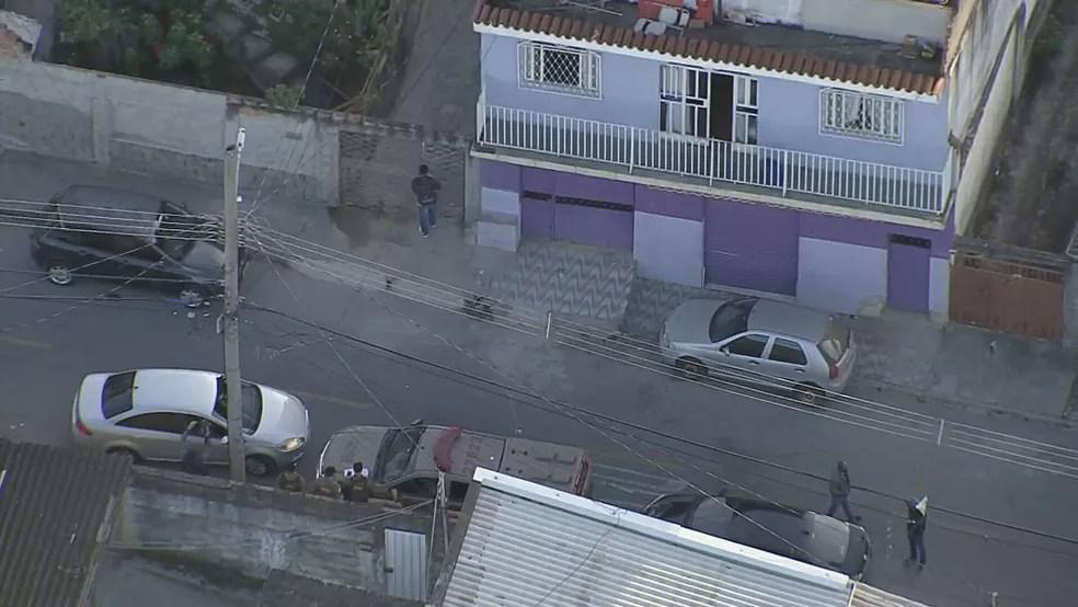 Polícia faz buscas na casa de parente de Queiroz em BH na manhã desta terça-feira (23) — Foto: Reprodução/TV Globo