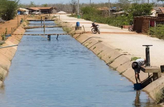 Morador coleta água de um canal de irrigação usado para abastecer fazendas em Limoeiro do Norte, no Ceará  (Foto: Reuters/Davi Pinheiro)