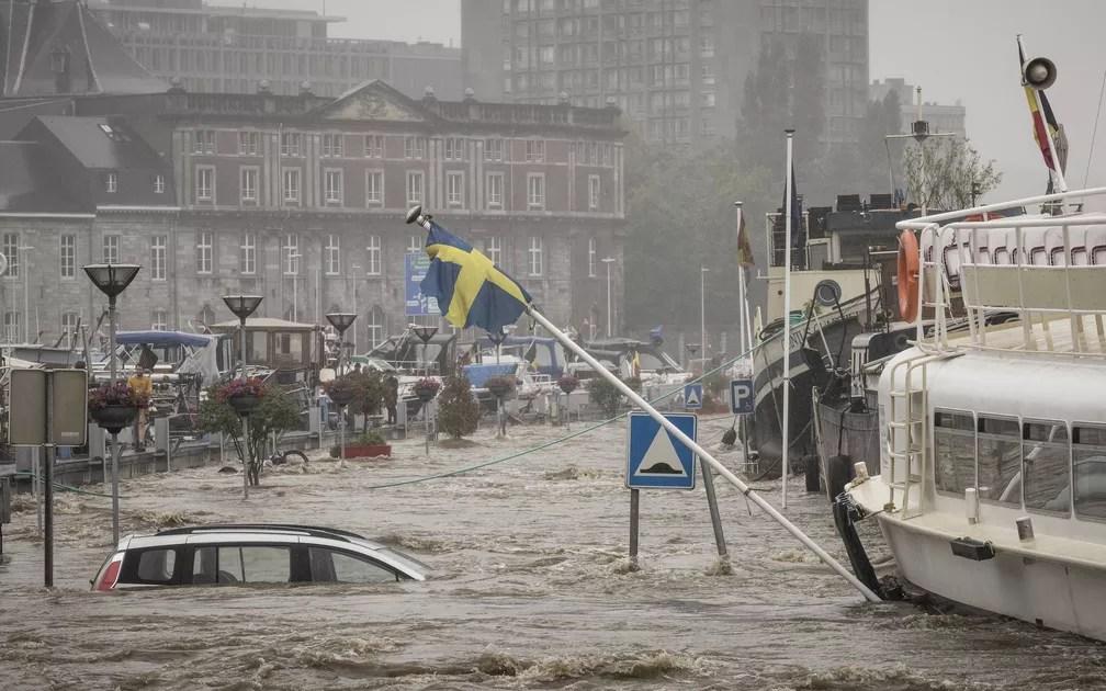 Carro flutua no rio Meuse durante forte enchente em Liège, na Bélgica, em 15 de julho de 2021 — Foto: Valentin Bianchi/AP
