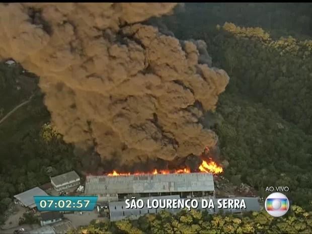Incêndio atinge área em São Lourenço da Serra (Foto: Reprodução/TV Globo)