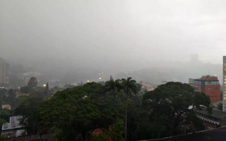 Chuva na região do Pacaembu, Zona Oeste, na noite desta quinta-feira (3) — Foto: Reprodução/TV Globo