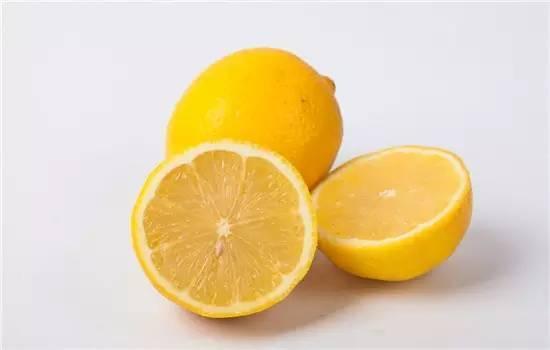 把「檸檬十字體切開」再灑上一點鹽。放在廚房中。隔天你就會發現神奇的效果 - 讀讀
