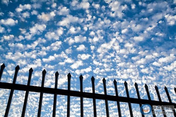 變天前兆!臺北天空「被大片棉花雲佔據」將濕冷5天 氣象局提醒「第二波更強來襲」:急凍15度 - 讀讀