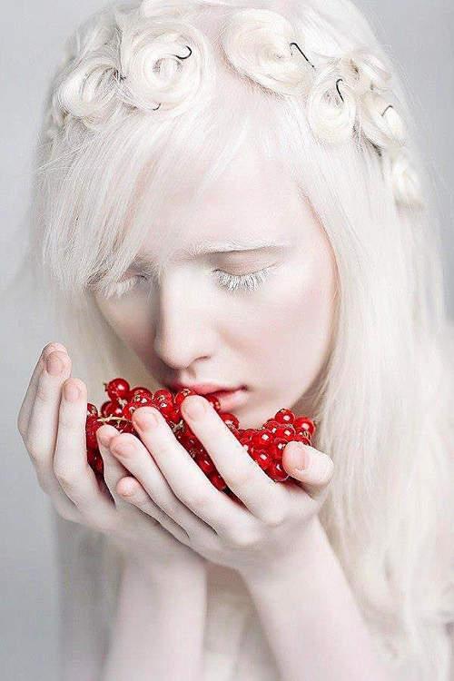天使般的存在!18歲少女一身雪白宛如精靈 「當她一睜開眼」畫面震撼國際:千萬分之一的天使 - LOOKER 新鮮事