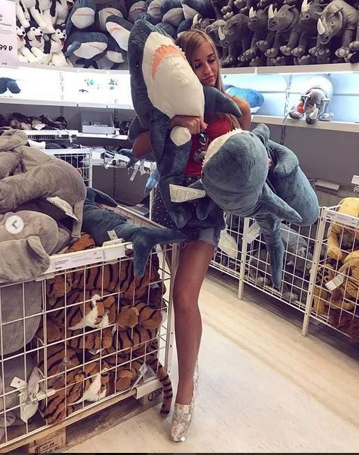 IKEA鯊魚抱枕爆紅!全球網友「發明創意抱姿」瘋打卡 最後一張「呆萌鯊魚忙碌辦公」被讚:太有才 - LOOKER 新鮮事