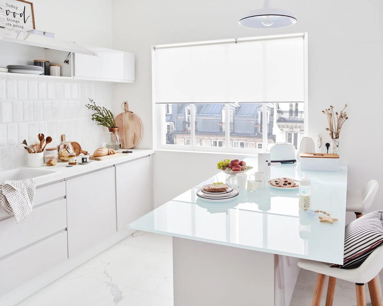 une cuisine et l ilot blanc immacule