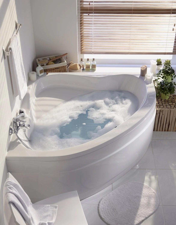 Une baignoire dangle dans une salle de bains zen  Leroy