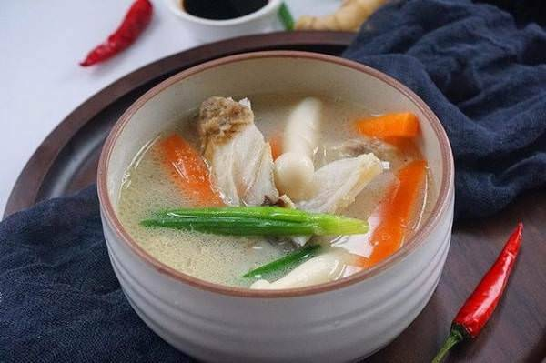 這碗燉湯,魚頭 +海鮮菇,營養豐富,鈣質足,老少皆宜 - 人生向前走