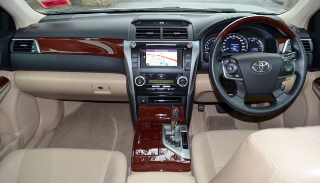 all new camry indonesia toyota kijang innova driven 2 5v test drive report moving inside i like the simplicity of this dashboard same amount functions via less buttons a completely opposite approach from honda