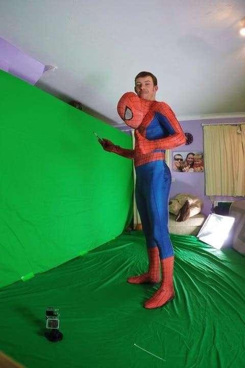 兒子只剩1年...爸爸「扮成他最愛的蜘蛛人」從天而降!小男孩一看到反應讓大家潰堤了.... - 讀讀