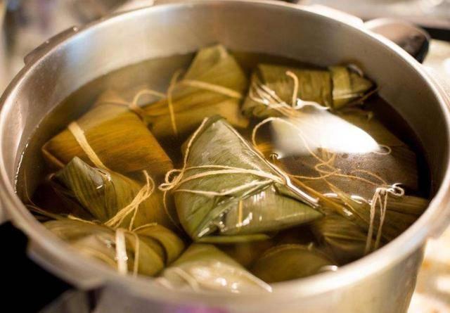 煮粽子用涼水還是熱水?牢記這4點,粽子又香又糯,沒有硬心 - 有夠讚