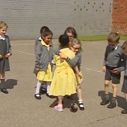 Seven-year-old girl shows friends her new prosthetic leg for first time and their reaction is beautiful