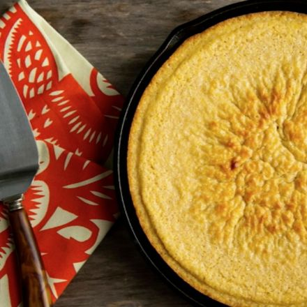 Why does sugar in cornbread divide races in the South?