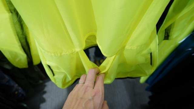 下に着ているジャージのバックポケットに直接アクセスできるスルーポケット仕様