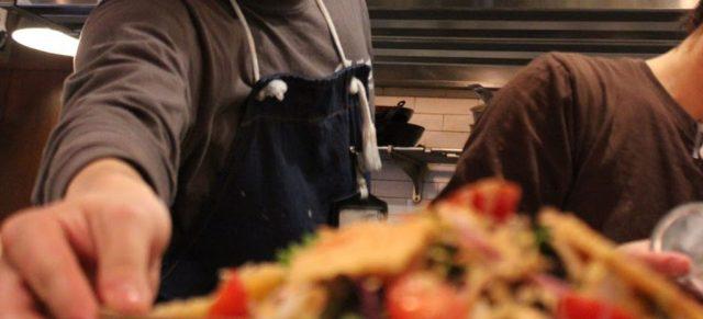 飲食店で料理を提供する瞬間