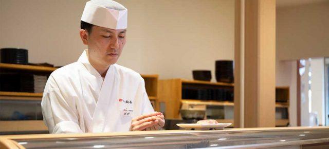 寿司を握る塚野店長