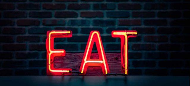 「EAT」の文字