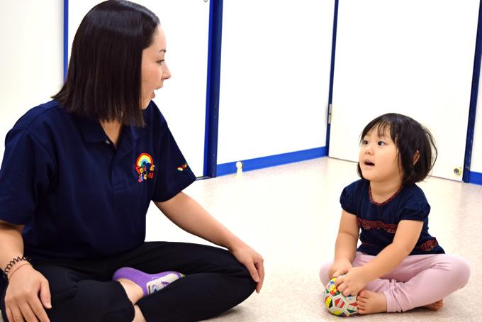 FUTURE児童園(フュ-チャ-児童園)太子堂園は英語・日本語・アート・音楽・ジム・水泳・生活・ワークシート・様々なアクティビティー&レッスン時間を通じて、英語力だけでなく、卒業後に日本・海外の小学校でもしっかりと実力を発揮できる言語力(英語・日本語)、学力、知力を高めていきます。