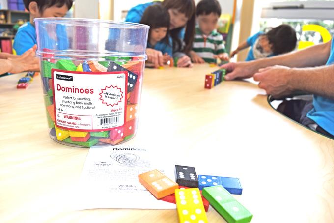 この日のプリスクールクラスでは英語で色・数を覚えました。素材を並べたり、重ねたり、組み立てたり…楽しみながら、手先の器用さや創造力も学ぶプロセスの中で育みます。