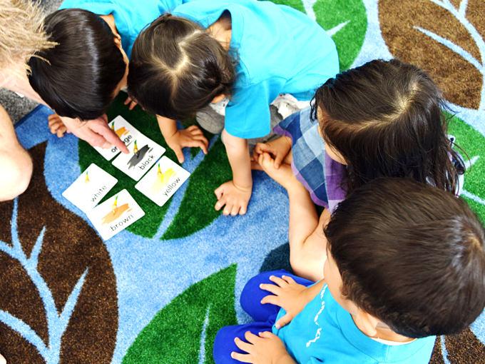 クラス内はオールイングリッシュ!先生のお話、絵本の読み聞かせ、お歌やサークルタイム、フォニックスの練習等を通じ英語のシャワーを浴び続け英語力&英語耳を育てます。