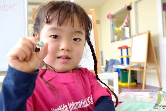 指先の微細運動能力は脳の中枢神経と密接に関わっています。特に幼児期にめざましい発達を見せるこの機能を「町田インターナショナルキッズスクール」ではアート作品の制作などを通じて積極的に伸ばしています。