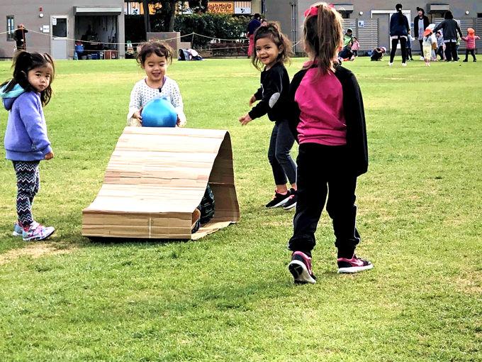 愛情たっぷりの講師のもとで少人数制の異年齢教育を行う「町田インターナショナルキッズスクール」。子供達はまるで姉弟のように仲良しです。インターナショナルな少人数環境の中、世界で活躍するために大切な心を育み、世界に大きく視野を広げながら学んでいます。