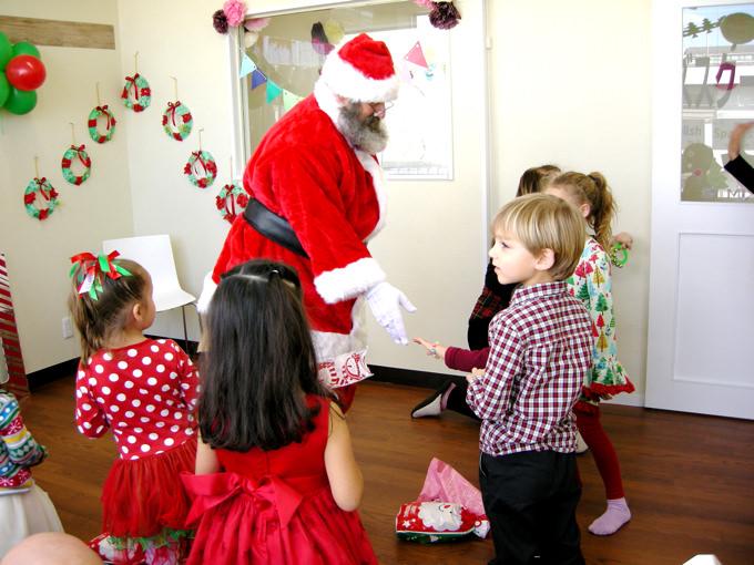 季節ごとの様々なイベントも子供達は大好き! 海外のイベントであるクリスマス、サンクスギビングデー、ハロウィン、バレンタインだけでなく、日本の行事七夕、端午の節句、桃の節句などもお祝いします。クリスマスにはスクールにサンタさんも登場!