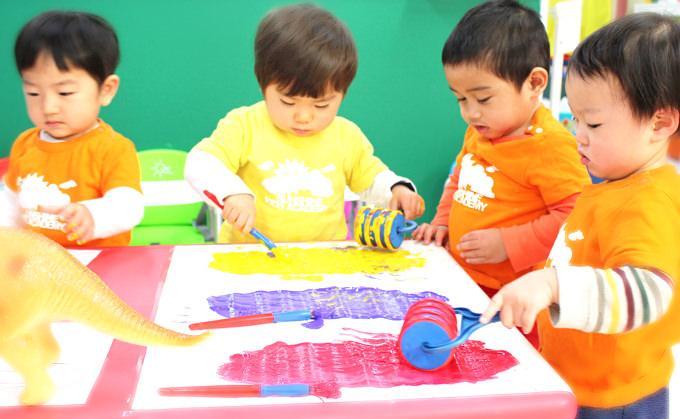 サンシャインキッズアカデミーはお子様方に生きるために必要な知識を与えていくだけではなく、子供達自身の興味、好奇心、探究心から自ら学んでいく過程を大切に日々の教育を行っています。