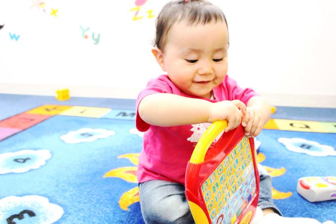 0歳6ヶ月から1歳のお子様向けのクラス「Dew Drop クラス」。小さなお子様も毎日英語に触れ合いながら楽しく学んでいます。