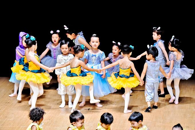 卒業式にはシンデレラをバレエで演じました。子供達はバレエを披露するためにいっぱい練習してとっても上手に踊りきることが出来ました!サンシャインキッズアカデミーでは、英語環境で算数、科学、各種運動スキル、社会性、アート…など魅力的なアクティビティーを通じてお子様が楽しく挑戦しながら学び成長していくことを促していきます。