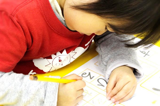 サンシャインキッズアカデミーでは日本語も大切にしています。日本語の時間では、週1回クラスごと年齢やレベルにあわせて「ひらがな」の読み書きの練習もしています。