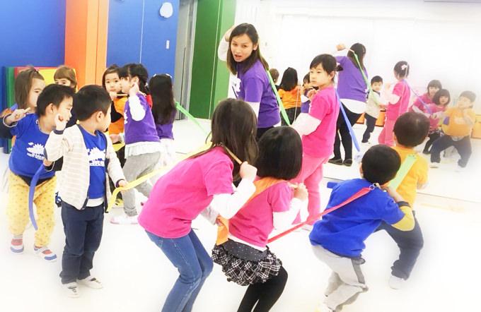 銀座・築地エリアの英語学童・アフタースクール『サンシャインキッズアカデミー アフタースクール ラボ&スタジオ』の英語で楽しむ音楽クラス
