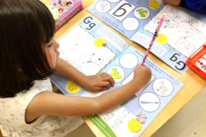 英語の読み書きは、子供達が歌や体の動きなどを通して楽しみながら英語の読み書きの大切な基礎を学ぶことができ、国際的にも評価が高い「Jolly Phonics」を導入しています。