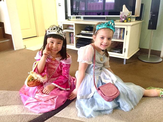 ホストファミリーの子供とプリンセスごっこをして遊ぶ日本人の女の子。