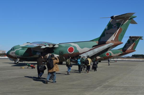 航空自衛隊の輸送機C1に乗る報道陣。鳥取県境港市の空自美保基地へ向かう=1月30日、埼玉県狭山市の空自入間基地