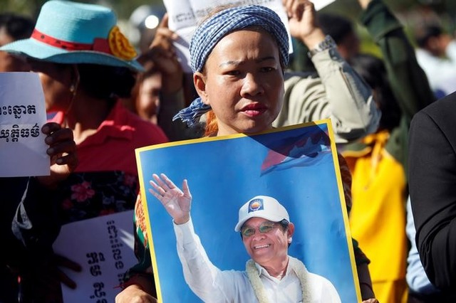 Supporters of Kem Sokha, leader of the Cambodia National Rescue Party (CNRP), stand outside the Appeal Court during a bail hearing for the jailed opposition leader in Phnom Penh, Cambodia September 26, 2017. Credit: Reuters/Samrang Pring