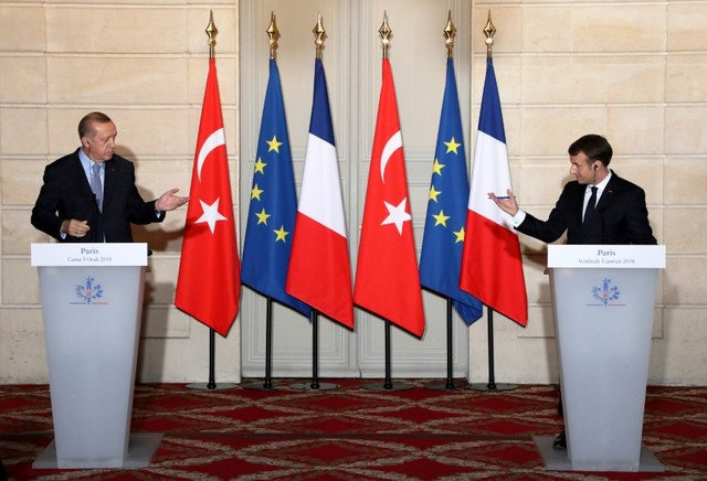 French President Emmanuel Macron (R) and Turkish President Recep Tayyip Erdogan hold a joint press conference at the Elysee Palace in Paris, France, January 5, 2018. Credit: Reuters/Ludovic Marin/Pool