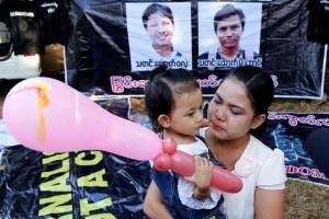 Chit Su Win, wife of Reuters journalist Kyaw Soe Oo, and her daughter wait before the two Reuters journalists Wa Lone and Kyaw Soe Oo appear in court in Yangon, Myanmar, January 10, 2018. Credit: Reuters/Stringer