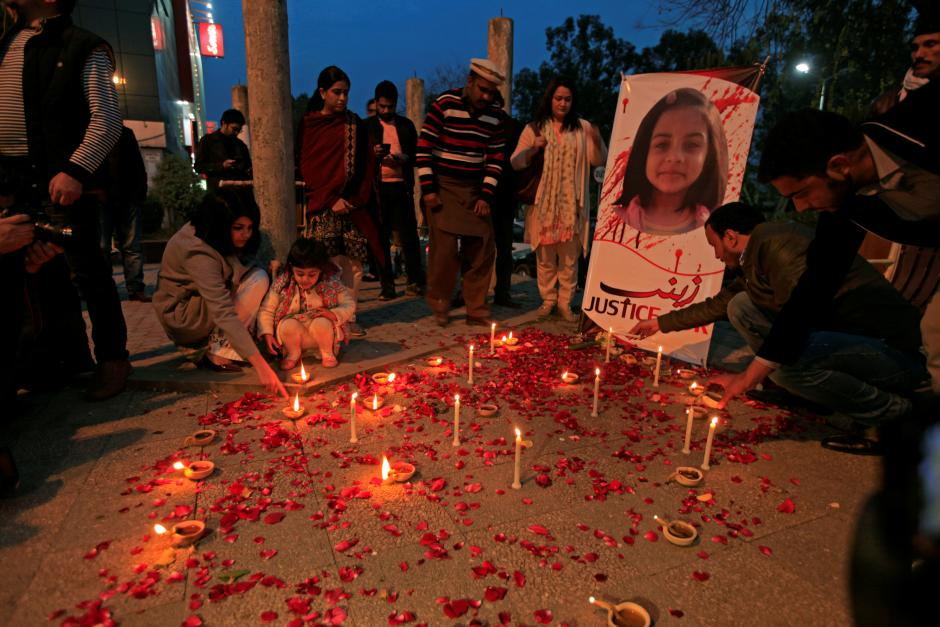 Members of civil society light candles and earthen lamps to condemn the rape and murder of 7-year-old girl Zainab Ansari in Kasur, during a candlelight vigil in Islamabad, Pakistan January 11, 2018. Credit: Reuters/Faisal Mahmood
