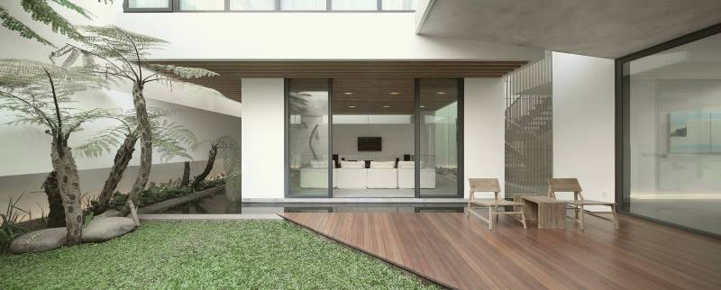 Teras rumah minimalis modern dengan kolam ikan MM House
