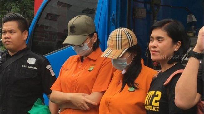 Lucinta Luna, tersangka kasus penyalahgunaan psikotropika dihadirkan polisi dalam acara pemusnahan barang bukti narkoba di Polda Metro Jaya, Jakarta Selatan, Rabu (19/2/2020).