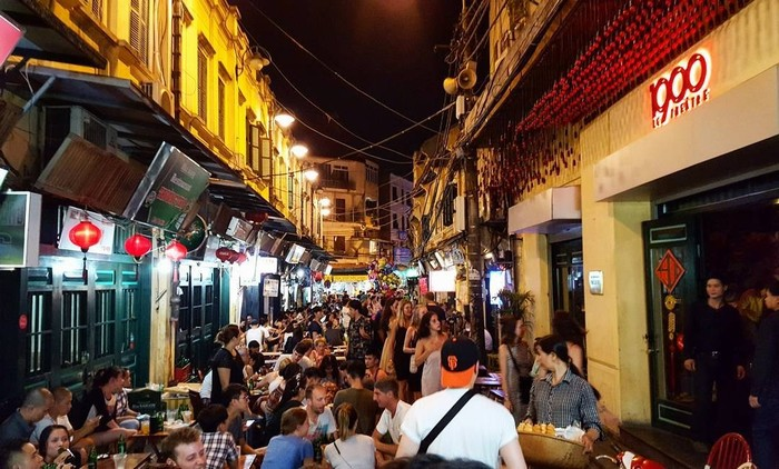Hanoi one day tour in tạ hiện street at night