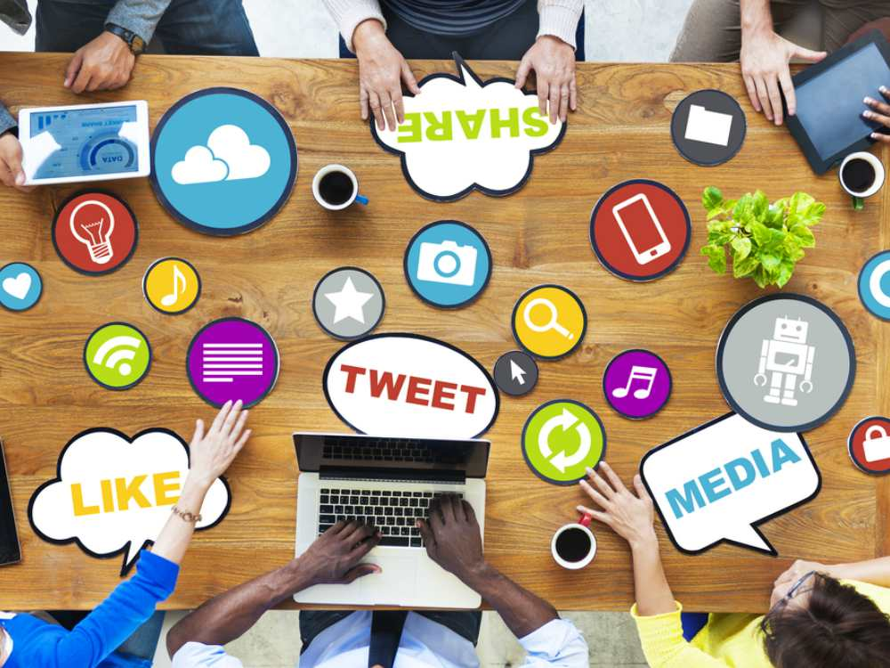 BJ Editors Pengalaman di Media Sosial - Cover