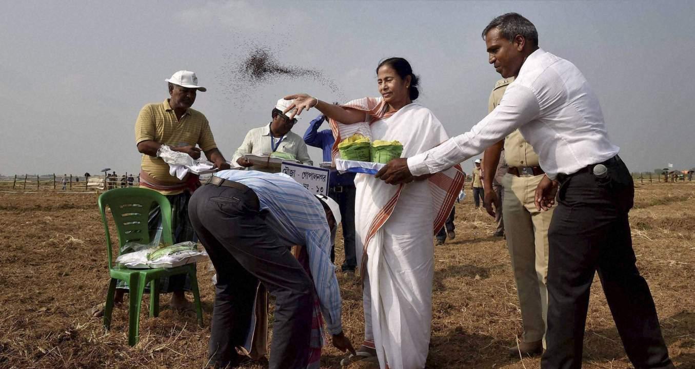 نینو پلانٹ کے لئے مقبوضہ زمین کو واپس کرنے کے دوران مغربی بنگال کی وزیراعلیٰ ممتا بنرجی۔ (فوٹو : پی ٹی آئی)