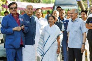 نئی دہلی میں مودی حکومت کے خلاف بغاوتی رخ دکھانے والے بی جے پی رہنماؤں کے ساتھ ممتا بنرجی۔ (فوٹو : پی ٹی آئی)