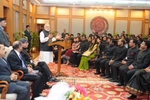 ایک پروگرام میں زیرتربیت آئی اے ایس افسروں کے ساتھ وزیر اعظم نریندر مودی (فائل فوٹو : پی ائی بی)