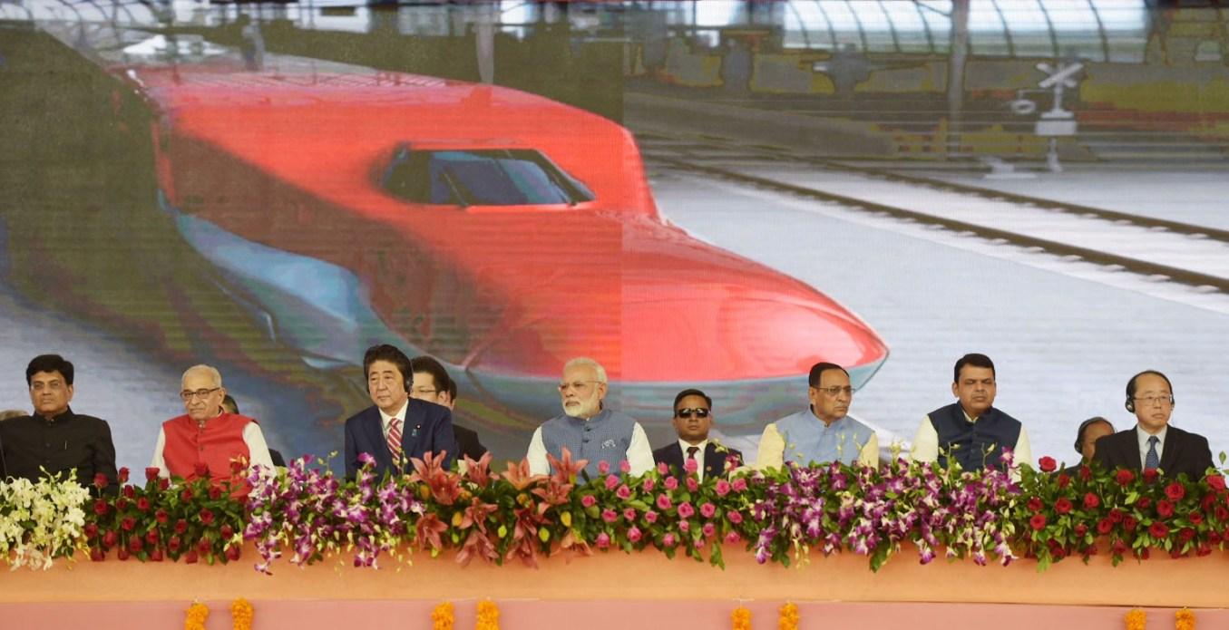 14 ستمبر 2017 کو جاپان کے وزیر اعظم شنجو آبے کے ساتھ وزیر اعظم نریندر مودی نے ہندوستان کی پہلی بلیٹ ٹرین پروجیکٹ کا سنگ بنیاد رکھا تھا۔ (فوٹو : پی ائی بی)